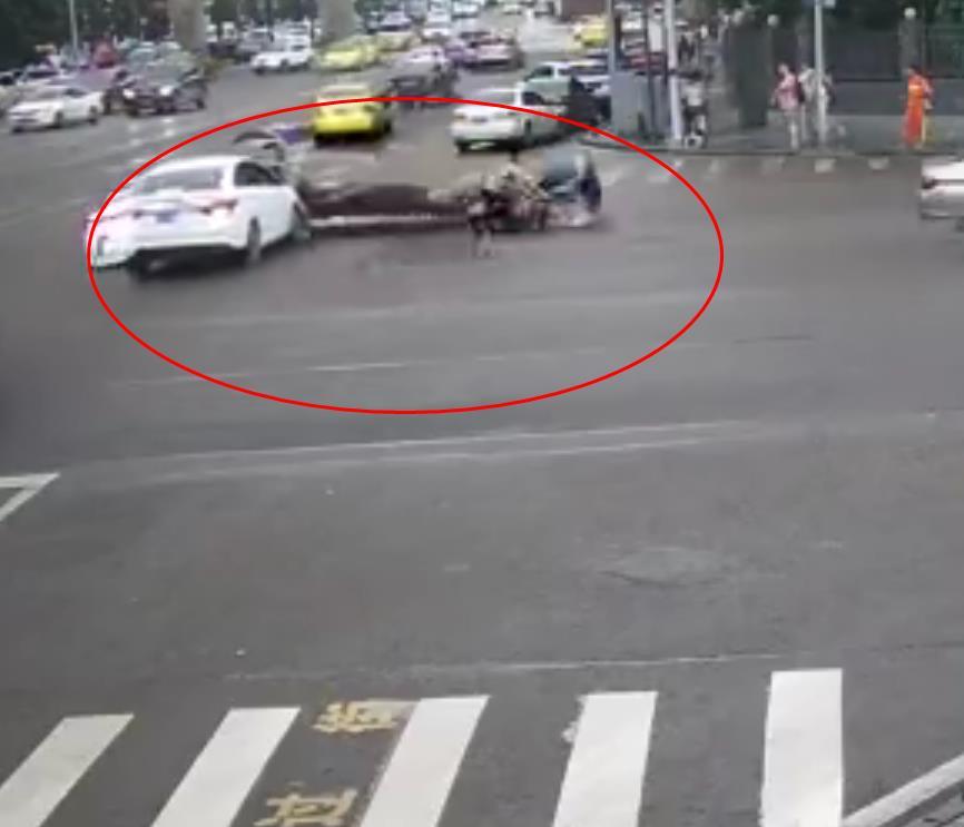 时间轿车抢秒左转被直行的视频撞个正着图淘宝主摩托司机图片